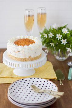 Juhlapöydän helppo lakkakakku - Pullahiiren leivontanurkka Vanilla Cake, Camembert Cheese, Table Decorations, Desserts, Food, Mascarpone, Tailgate Desserts, Deserts, Essen