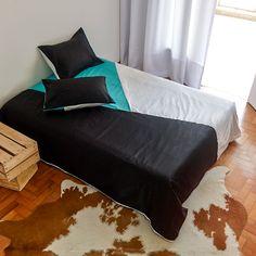 A capa de edredon é uma solução para manter a roupa de cama limpa, com praticidade e tendo a oportunidade de trocar cores e estilos sem ter que recorrer à lavanderia.  http://www.atricasa.com.br/pd-152a20-conjunto-capa-de-edredom-queen-triangulos-05.html?ct=5c951&p=1&s=1