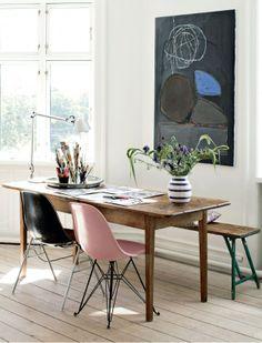 Bolig: Kunst, containerfund og kulørte møbler
