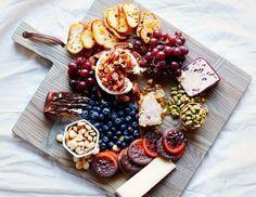 Картинки по запросу подача еды на деревянной доске