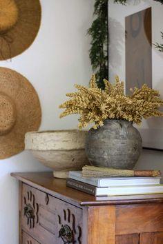 Home Decor Inspiration, Design Inspiration, Earthy Home, Interior Decorating, Interior Design, Coffee Table Books, Home And Living, Interior And Exterior, Living Room Decor