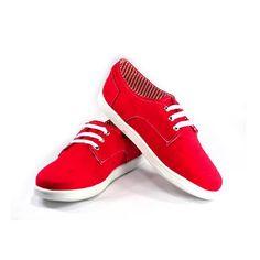 Porque el rojo nunca pasará de moda. Tennis casuales de tela, rojo con forro a rayas rojas/blancas, agujetas y bordado blanco.