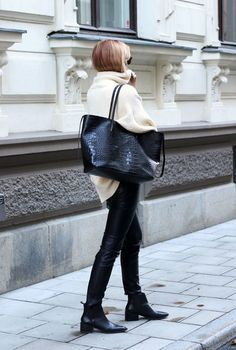 Photos via: Josefin Dahlberg shows us an incredibly stylish way to wear a slouchy turtleneck sweater for winter and we can't wait to try it out. (Swedish blogger )