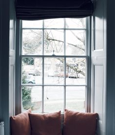 Talking about a room with a view. This is all I really needed today a warm corner to cuddle in by the window and a book. It's so so cold outside that I spend the whole day wishing I was still in my lovely room at the @oldstocksinn #thegoodoldfashion #goodoldexpedition #thecotswolds