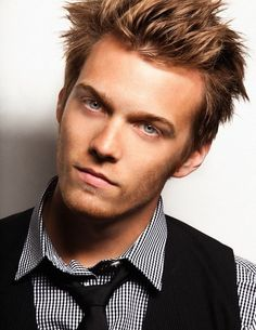 The 29-year old son of father Mike Abel and mother Kim Abel, 185 cm tall Jake Abel in 2017 photo