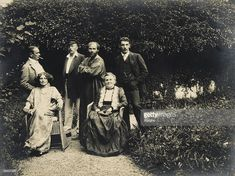 Gustav Klimt, Emilie Floege and her mother Barbara with friends in the garden of the Oleander villa in Kammer at the Attersee lake. Austria. Photography, 1908. (Photo by Imagno/Getty Images) [Gustav Klimt, Emilie Floege und ihre Mutter Barbara mit Freunden im Garten der Oleander-Villa in Kammer am Attersee. oesterreich. Photographie, 1908.]