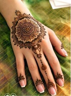 Mehndi Art is a part of culture in Arabs, Pakistan and India. Mehndi is used as a tradition and fashion on all occasions. The Asian people celebrate their events with the application of mehndi with unique and different designs. Henna Tatoos, Henna Ink, Fake Tattoo, Et Tattoo, Mehndi Tattoo, Henna Tattoo Designs, Body Art Tattoos, Temporary Tattoo, Tattoo Fonts