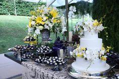 Casamento de Anna Beatriz Moreno e Pedro Opice. Linda mesa de doces com destaque para bolo by The King Cake.