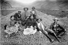 La familia de Ezequiel Arce con su cosecha de papas. Cuzco, 1934