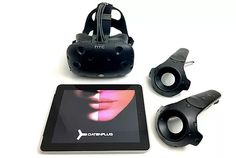 Plattform-unabhängige Software-Entwicklung für Virtual Reality: Brillen mit zwei integrierten Monitoren lassen Menschen vollständig in eine virtuelle 3D-Welt abtauchen. Dabei faszinieren die Oculus Rift oder HTC Vive (siehe Foto) mit Virtual Reality-Erfahrungen, während Mixed und Augmented Reality-Erlebnisse mit projizierten Hologrammen der Hololens erfahrbar sind.