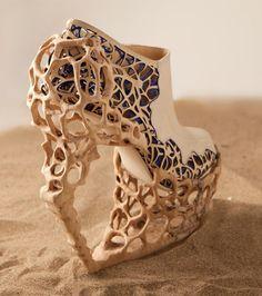 Une paire de chaussures à talon avec un étrange design