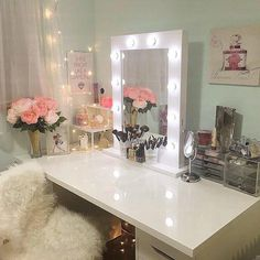 I've been spotting some fantastic DIY vanity mirror recently. Here are 17 ideas of DIY vanity mirror to beautify your room Diy Vanity Mirror, Vanity Room, Vanity Decor, Vanity Ideas, Mirrored Vanity, Mirror Ideas, Vanity Set, My New Room, My Room