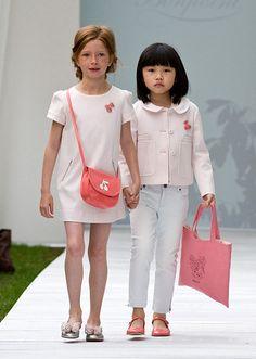 フランス発の老舗子供服ブランド、ボンポワン(Booit)が2014年春夏コレクションを発表。ランウェイの主役はなんともキュートな子供たち。ロマンティックでスイートなコレクションをまとった子供たちの、愛らしいステージが観客を魅了した。今季のコレクションは、「ツイギー(TWIGGY)」「ジャポン(JAP...