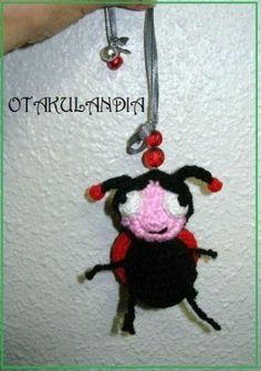 Mariquita Móvil de cochecito: diseñada, creada y realizada a mano en crochet por Otakulandia / Es un producto exclusivo que hará las delicias de los más pequeñitos entreteniéndolos mientras van en su cochecito de bebé.