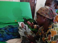 """Een klein jaar na de """"meetreis"""" gaan Eric en Silvia van Luxaflex® opnieuw op naar Malawi. Nu om horren in ziekenhuizen te monteren met als doel om malaria tegen te gaan. Dit keer reizen ze samen met Jacqueline van Cordaid Memisa, klant én technisch specialist Jeroen namens Beku Krommenie en Leontine (de hoofdredacteur van Margriet) die in juni een verslag zal publiceren van de reis. Bekijk de foto's van hun eerste blog. - 3 generaties op rij. Heel trots laten oma en moeder deze tweeling…"""