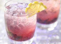 Gluten Free Blueberry Hard Lemonade --This refreshing drink combines blueberries with gin and the flavors of mint and lemon - a delicious gluten-free cocktail ready in 10 minutes. Party Drinks Alcohol, Non Alcoholic Drinks, Fun Drinks, Yummy Drinks, Beach Drinks, Refreshing Drinks, Spiked Lemonade, Hard Lemonade, Lemonade Cocktail
