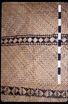 Samoan Mat I need one Flax Weaving, Basket Weaving, Weaving Patterns, Fabric Patterns, Handmade Crafts, Diy Crafts, Maori Designs, Museum Collection, Weaving Techniques