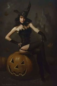 Which Halloween Costume Suits Your Zodiac Sign? Which Halloween Costume Suits Your Zodiac Sign? Fantasy Witch, Witch Art, Dark Fantasy, Photographie D' Halloween, Halloween Fotografie, Halloween Pin Up, Vintage Halloween, Halloween Costumes, Happy Halloween