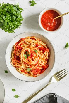 Top view of traditional pasta with tomato and Greek basil sauce in a ceramic bowl on a white table. Pasta Recipes, Veggie Recipes, Vegetarian Recipes, Dinner Recipes, Healthy Recipes, White Sauce Pasta, Tomato Pasta Sauce, Basil Sauce, Food Photography Tips