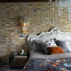 ozgun yatak odasi tasarimi tugla duvar klasik tarz