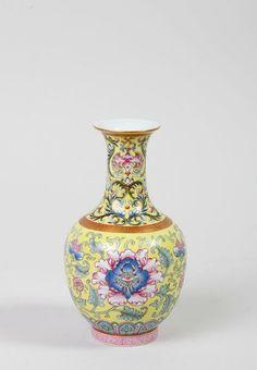 VASE CHINE, DYNASTIE QING, epoque daoguang (1821-1850) En porcelaine de la famille rose à fond jaune.
