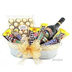 arreglos-con-dulces-y-baileys Best Gift Baskets, Holiday Gift Baskets, Holiday Gifts, Easy Gifts, Creative Gifts, Edible Bouquets, Sofia Party, Man Party, Client Gifts