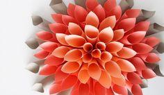 Velká květinová dekorace z papíru – snadná a z libovolných barev
