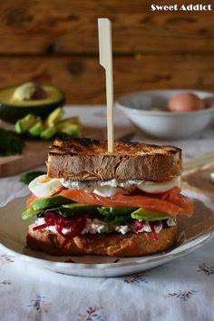 Bocata de salmón, aguacate, queso, espinacas, huevo y remolacha: http://www.sweetaddict.es/2015/11/bocata-de-salmon-estilo-nordico.html