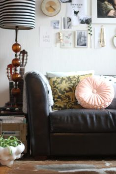 lidyll.blogspot.nl  Leather couch displayed with pillows to look softer/country