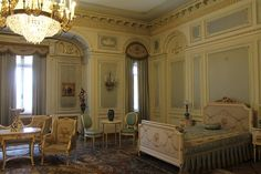Palatul Cotroceni I Obiective Turistice #PalatulCotroceni #Cotroceni #ghid #urban #obiectiveturistice www.cotroceni.ro Palazzo, Valance Curtains, Bedroom, Castles, Home Decor, Decoration Home, Chateaus, Room Decor, Bedrooms