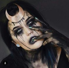 Looking for for ideas for your Halloween make-up? Browse around this website for creepy Halloween makeup looks. Disfarces Halloween, Halloween Makeup Witch, Witch Makeup, Halloween Inspo, Sfx Makeup, Voodoo Makeup, Makeup Art, Scary Halloween Costumes, Fall Makeup