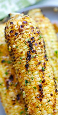 Basil Butter Corn - sweet and juicy corn slathered with homemade basil butter and roasted in the oven. Corns have never tasted SO good! Grilling Recipes, Vegetable Recipes, Vegetarian Recipes, Cooking Recipes, Veg Dishes, Vegetable Side Dishes, Food Network, Easy Delicious Recipes, Yummy Food