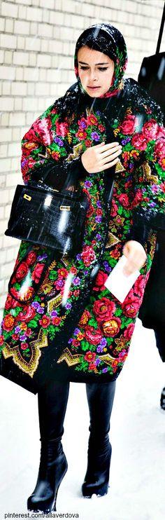 ooooh............. I've always loved this kind of print on scarves, but on a coat!   !!!! Street style Miroslava Duma