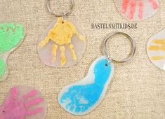 Schlüsselanhänger basteln mit Kindern Make keyrings. Make great pendants. Make a gift with children themselves, which accompanies dad, mom or grandma and grandfather every day. A nice craft idea for children and toddlers. Diy Father's Day Gifts, Father's Day Diy, Fathers Day Gifts, Gifts For Dad, Valentine Day Gifts, Christmas Gifts, Baby Crafts, Diy And Crafts, Crafts For Kids