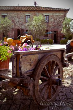 www.podereilmoro.com • Deep in the Tuscany country-side, Podere il Moro farmhouse is an ideal place for those who wish to relax in the nature and for art lovers, only ten minutes from Siena, less than an hour from Montalcino, San Gimignano, Pienza and Florence.