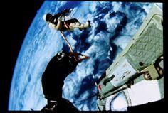 La primera caminata espacial estadounidense realizada en 1965 por el astronauta Ed White fuera de la nave espacial Géminis IV. © REUTERS/Larry Downing