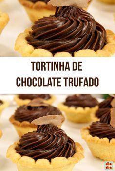 Recheie cada massa de tortinha com uma espiral de trufa e decore com raspinhas de chocolate.