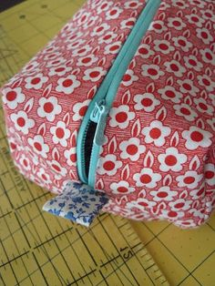 """Step by step instructions on how to make a """"boxy"""" makeup bag. Step by step instructions on how to make a """"boxy"""" makeup bag. Cosmetic Bag Tutorial, Pouch Tutorial, Sewing Tutorials, Sewing Crafts, Sewing Projects, Makeup Bag Tutorials, Diy Sac Pochette, Makeup Bag Pattern, Diy Makeup Bag"""