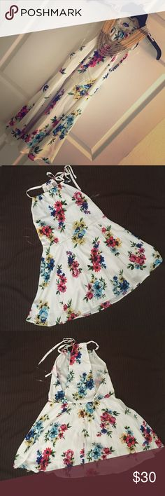 Three Birds Nest Floral Dress This subtle sexy dress is perfect for spring!! It's lightweight and lined! Never been worn just hanging up in my closet. Three Bird Nest Dresses Midi