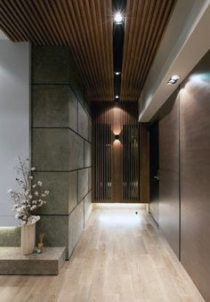 Top 60 Best Wood Ceiling Ideas – Innenarchitektur aus Holz Love the dark wood ceiling and light wood floors - Heimkino Systemdienste Foyer Design, Lobby Design, Ceiling Design, Wall Design, House Design, Ceiling Ideas, Modern Interior, Interior Architecture, Interior And Exterior