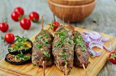 Μίνι κεμπάπ με σουσάμι, ταχίνι και ντιπ γιαουρτιού - gourmed.gr