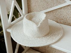 Elegant Summer Fedora Travel Color Off White. Fedora Ladies Straw Hat. Fedora hat for women. Fedora Hat Women, Raffia Hat, Classic Hats, Wearing A Hat, Off Colour, Hat Making, Yarn Colors, Hat Sizes, Hats For Women