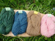Handgesponnen & -gefärbt - Schurwolle Ramie pflanzengefärbt Sockenwolle S... - ein Designerstück von Waldweide bei DaWanda