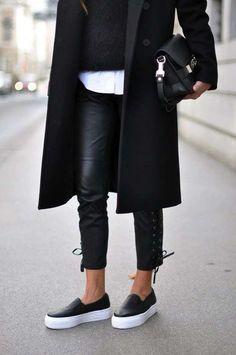 Pantaloni di pelle con dècolletès, un'idea stilosa e glamour per abbinare le scarpe ai pantaloni di pelle.