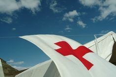 Rotkreuz-Fahne in den Bergen. (c) ÖRK/Czech Red Cross, Bergen, Flags, Den, Opera House, Colours, Building, Outdoor Decor, Travel