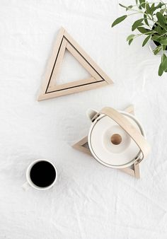 DIY Wood Triangle Trivets - Homey Oh My. Modern coasters and trivets for the minimalist home. Diy Interior, Modern Coasters, Idee Diy, Diy Holz, Diy Home Decor Projects, Decor Ideas, Craft Ideas, Diy Planters, Used Iphone
