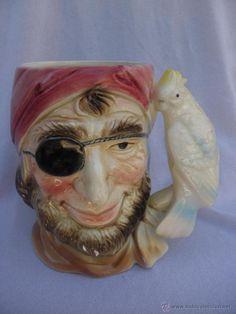 Jarra de cerámica con pirata y loro