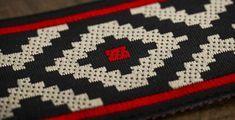 En los tejidos elaborados por los indios mapuches, la guarda pampa indicaba jerarquía.     El color negro estaba asociado a la nobleza, e... Knit Patterns, Beading Patterns, Inkle Weaving, Bargello, Shibori, Folklore, Tatoos, Red And Blue, Embroidery Designs