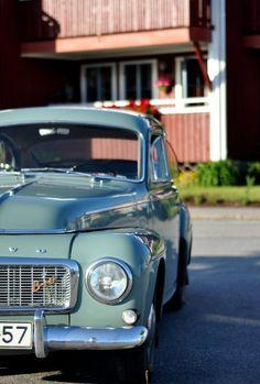 like my old Volvo. except mine was yellow... 1964 volvo b18... wish i had it still...