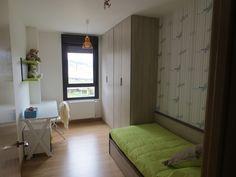 Habitación juvenil con armario de cuatro puertas, cama nido de una cama y mesa escritorio.